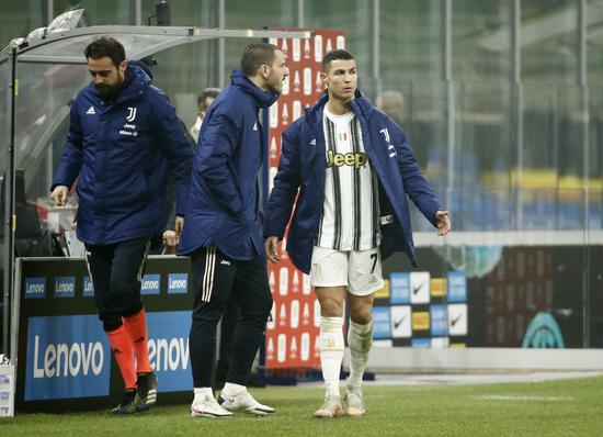 유벤투스 공격수 크리스티아누 호날두(오른쪽)가 3일(한국시간) 이탈리아 밀라노의 쥐세페 메아차 스타디움에서 열린 2020-2021 코파 이탈리아 4강 1차전 인터밀란과의 경기에서 후반 31분 알바로 모라타와 교체된 뒤 불만스러운 표정으로 벤치를 향해 걸어가고 있다. /사진=로이터