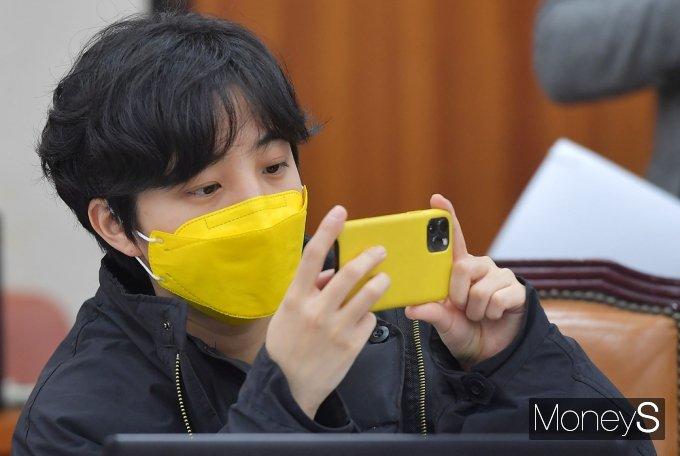 [머니S포토] 인사청문회장 촬영하는 정의당 류호정