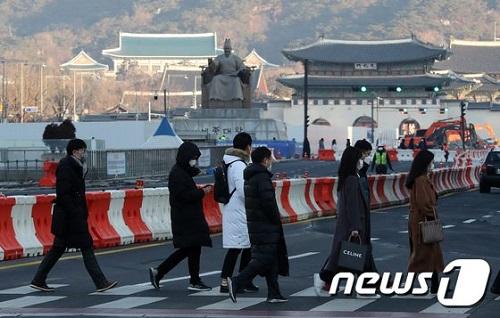 서울의 최저기온이 영하 9.2도까지 떨어지는 등 추위가 계속되는 3일 오전 서울 세종대로 사거리에서 두터운 옷차림의 시민들이 발걸음을 재촉하고 있다./사진제공=뉴스1
