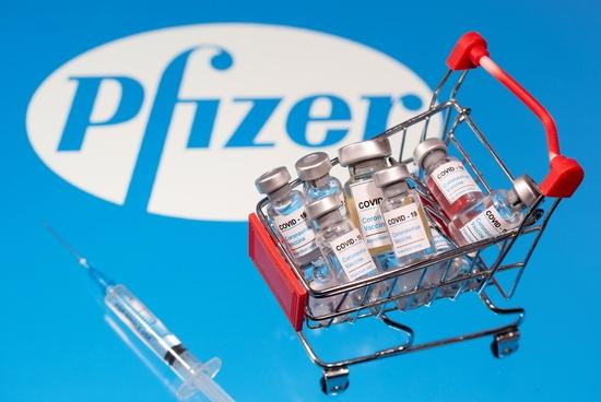 식품의약품안전처는 코백스 퍼실리티(COVAX FACILITY)로부터 공급받을 예정인 화이자의 코로나19 백신 '코미나티주'에 대한 특례수입을 승인했다고 3일 밝혔다./사진=로이터