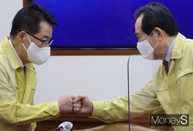 [머니S포토] 박지원 국정원장과 인사하는 정세균 총리