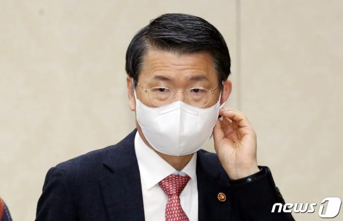 은성수 금융위원장은 3일 브리핑을 통해 공매도 금지 기간을 오는 5월2일까지 재연장한다고 밝혔다. /사진=뉴스1
