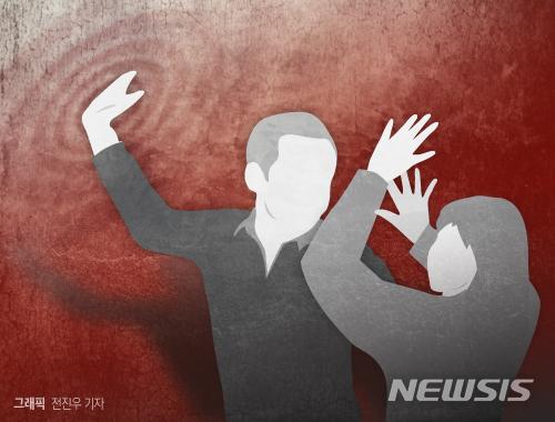 강남 한복판에서 여성만 골라 뒤통수를 때린 20대 남성이 검찰에 구속 송치됐다. /그래픽=뉴시스
