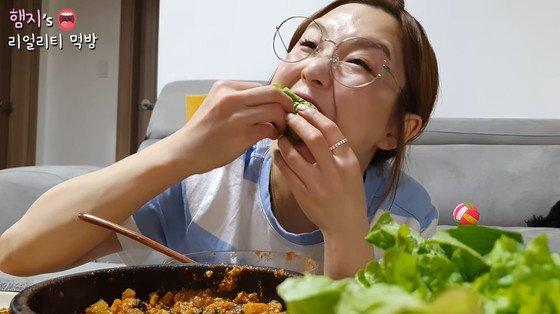한국 인기 유튜버 햄지는 김치와 쌈이 한국 음식이라고 발언했다는 이유로 중국 광고업체로부터 계약해지를 당했다. 사진은 논란이 된 영상. /사진=유튜브 햄지 영상 캡처