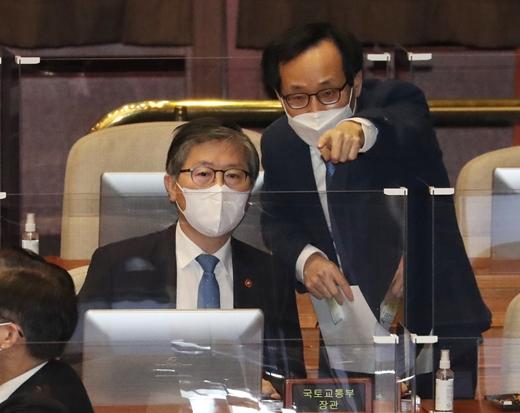 """변창흠 국토교통부 장관(왼쪽)은 5일 국회에서 열린 대정부질문에서 서울 공급 주택 물량에 대해 """"짧으면 1년 내에 입주가능하고, 2~3년짜리도 있고, 길면 5년 내 입주할 수 있다""""고 말했다. /사진=뉴스1"""