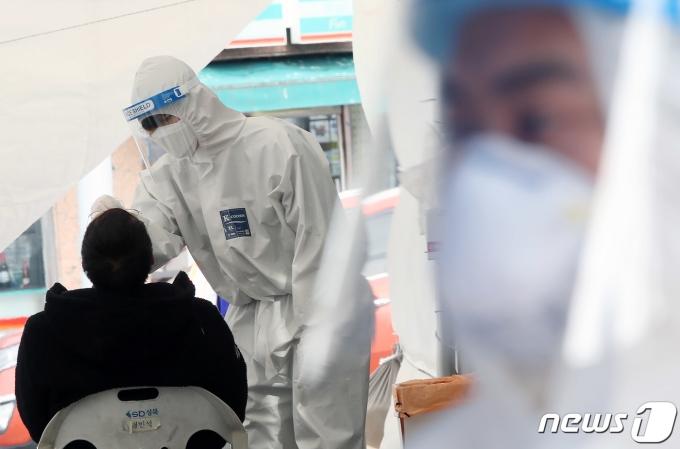 서울 성북구청 바람마당에 설치된 임시선별진료소를 찾은 시민들이 신종 코로나 바이러스 감염증(코로나19) 검사를 받고 있다. /사진=뉴스1