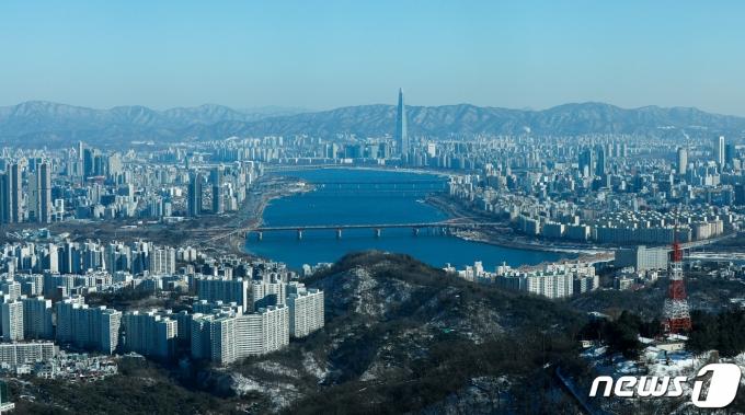 지난 4일 서울 중구 남산서울타워에서 바라본 도심 위로 파란 하늘이 펼쳐져 있다./사진=뉴스1