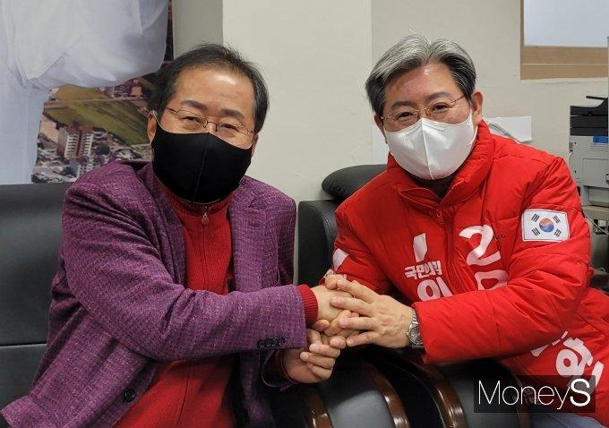 홍준표 의원이 6일 오후 오는 4·7 경남 의령군수 재선거에 출마하는 오태완 예비후보 선거 사무실을 찾아 격려하고 있다./사진=머니S 임승제 기자.