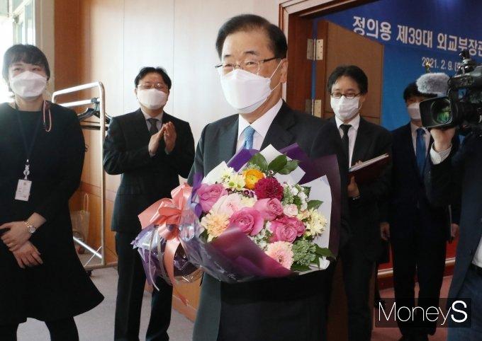 [머니S포토] 꽃다발 받은 정의용 신임 외교부 장관