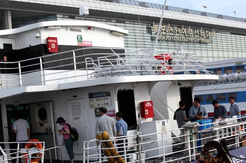 전라남도는 섬 지역을 찾는 귀성객들이 안전하고 편안하게 고향에 다녀올 수 있도록 설 연휴 연안여객선 특별수송대책을 추진한다.  도내 총 53개 항로에 여객선 4척을 증선해 총 78척을 운항하고, 특별대책기간 운항횟수도 297회 늘려 총 2587회로 증편한다.'목포연안여객선터미널'/머니S DB