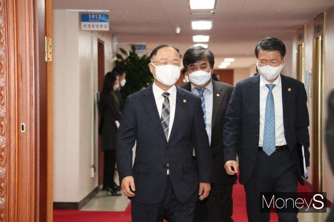 [머니S포토] 웃으며 국무회의 참석하는 홍남기·은성수