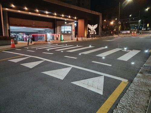 활주로형 횡단보도를 설치하여 운전자의 시인성을 높였다./사진제공=서울시