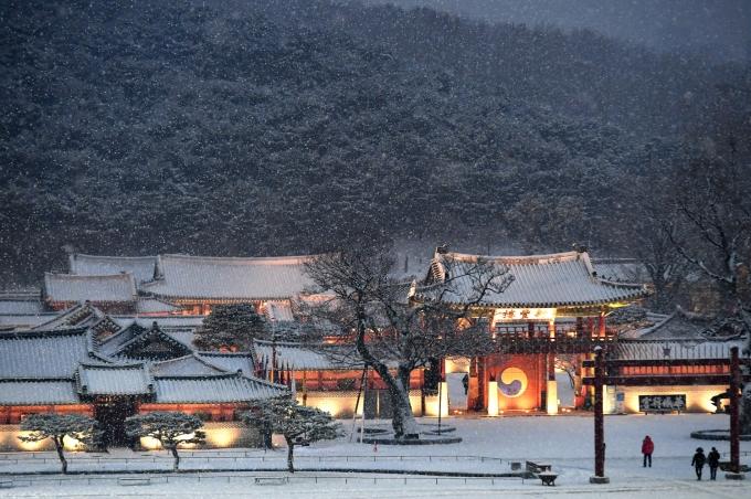 수원 화성행궁에 눈이 내리고 있는 모습. / 사진제공=수원시