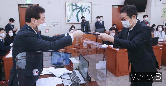 [머니S포토] 후보자 선서문 전달하는 '황희'