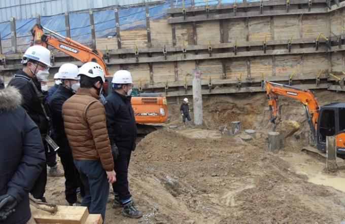 용인시 공무원들이 관내 대형 건설 공사장 안전 점검을 하고 있는 모습. / 사진제공=용인시