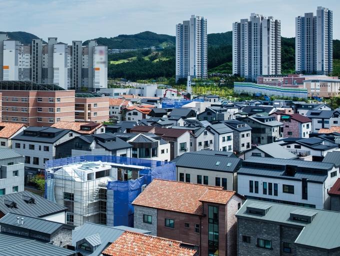 건산연은 보고서에서 정부가 도심 공공주택 복합사업과 소규모 재개발사업의 용적률(대지면적 대비 연면적비율) 상향, 추가 수익률 보장 등 인센티브를 제공하면 공급 목표의 달성이 가능할 것이라고 기대했다. /사진=이미지투데이