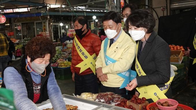 허성곤 김해시장(오른쪽 2번째)이 9일 동상시장을 방문해 설 성수품 수급상황과 가격동향을 살피며 전통시장 이용 촉진 장보기 등 캠페인에 참여했다./사진=김해시