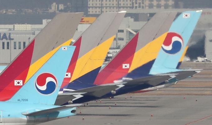 인천국제공항 주기장에 대한항공과 아시아나 여객기가 세워져 있다./사진=뉴스1 이성철 기자