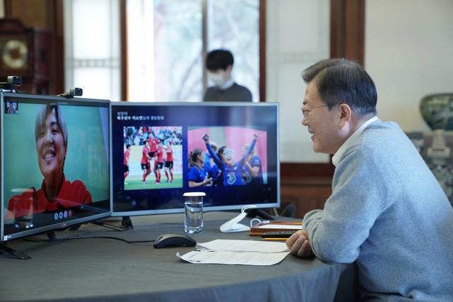 문재인 대통령이 11일 오전 설 명절을 맞아 청와대 관저에서 여자축구 국가대표 지소연과 영상통화를 했다. /사진=청와대
