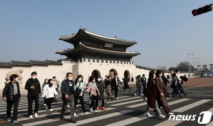 설 연휴 사흘째인 13일 오후 서울 종로구 경복궁 앞에서 시민들이 가벼운 옷차림으로 횡단보도를 건너는 모습. /사진=뉴스1