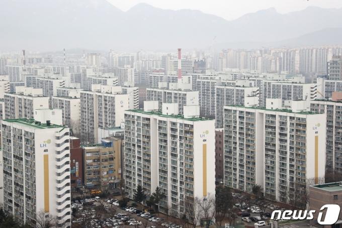정부의 연이은 강도 높은 대책에도 불구하고 서울의 대표적 외곽지역으로 꼽히는 노원구의 아파트 매매 가격이 3.3㎡당 3000만원을 돌파했다./사진=권현진 뉴스1 기자