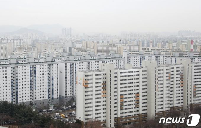 청년층의 내집 마련에 대한 부담을 덜어주기 위해 만기가 최장 40년까지 되는 주택담보대출이 올해 안에 나온다. 지난달 노원구 아파트의 3.3㎡당 평균 매매가격은 3056만원으로 집계됐다. 노원구가 3.3㎡ 당 평균 가격이 3000만원을 넘어선 것은 이번이 처음이다. 사진은 14일 서울 노원구 아파트 단지의 모습./사진=뉴스1
