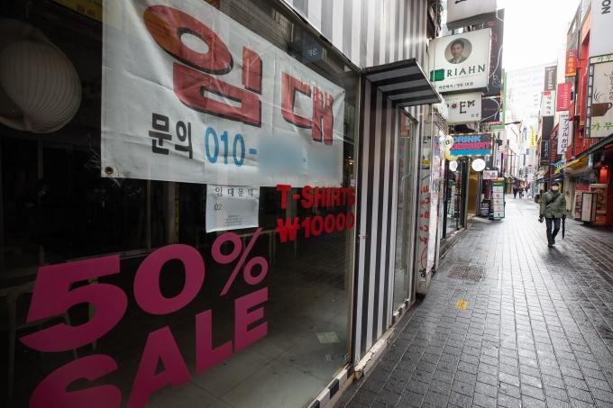 서울시내 한 상가건물에 임대문의가 붙어 있다./사진=유승관 뉴스1 기자