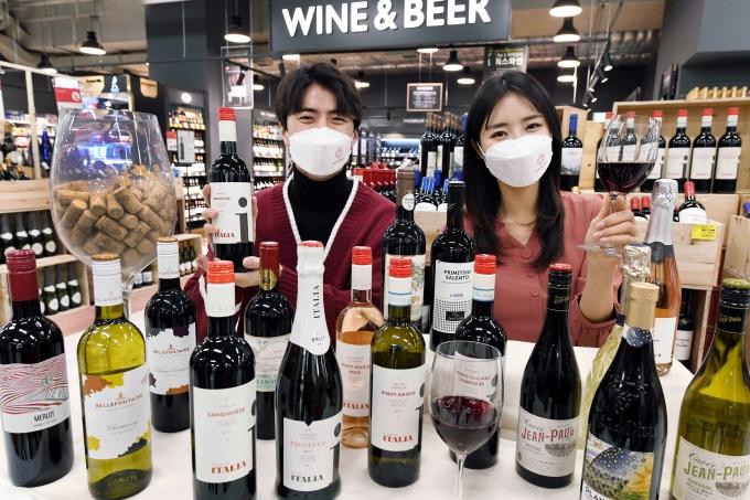 홈플러스는 늘어난 홈술족을 겨냥해 와인 선택의 폭을 넓히고자 이탈리아, 프랑스, 스페인 등 유럽 지역 와인 23종을 새로 선보인다. /사진=홈플러스 제공