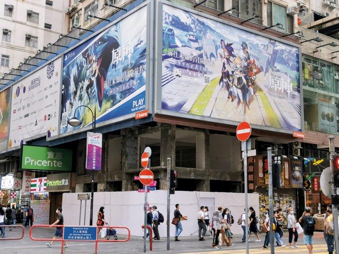 중국 게임 원신은 PC·콘솔·모바일 등 다양한 플랫폼을 지원하는 차별점을 두면서 엄청난 흥행을 거뒀다. 사진은 홍콩 거리에 걸린 원신 광고판. /사진=로이터
