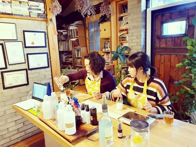 소비자가 직접 제품 성분을 확인하며 비건 화장품과 생활용품을 만드는 수업도 진행되고 있다. 사진은 비비엘하우스에 방문한 임은하씨(왼쪽)와 딸의 모습. /사진=비비엘하우스 제공