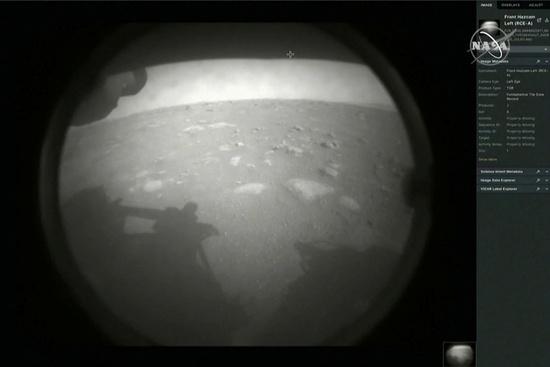 미 항공우주국(NASA) 화성 탐사선 퍼서비어런스호가 18일(현지시각) 예제로 크레이터에 무사 착륙했다. 사진은 착륙 후 찍어보낸 화성 표면. /사진=로이터