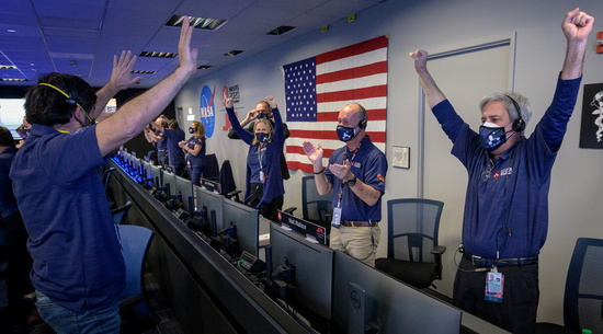 캘리포니아 패서디나 소재 미 항공우주국(NASA·나사) 산하 제트추진연구소 관제 센터에서 화성 탐사선 퍼서비어런스 팀이 무사 착륙 소식을 듣고 환호하고 있다. /사진=로이터
