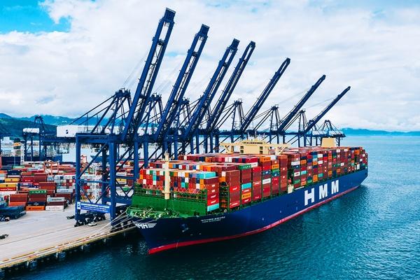 글로벌 해운업계가 '최대 선박' 타이틀을 차지하기 위해 초대형 컨테이너선의 발주·도입을 늘리고 있다. HMM 컨테이너선. /사진=HMM
