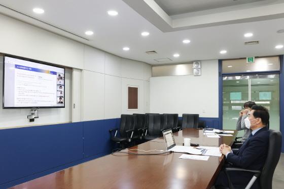 18일 김상돈 의왕시장 주재로 도시생태현황지도 구축을 위한 착수보고회가 환경·공원·도시 분야 전문가 및 공무원들과 함께 비대면 영상회의로 진행되고 있다. / 사진제공=의왕시