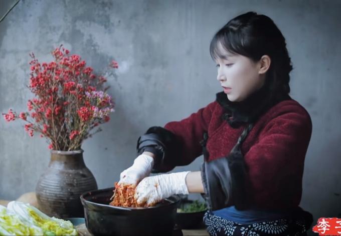 중국 유명 유튜버 리쯔치가 한국의 김치를 중국의 음식인 것처럼 소개한 영상. / 사진=유튜브 리쯔치 채널 캡처