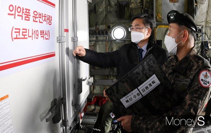 [머니S포토] 보고 또 보고, 백신 유통 운반차량 점검하는 '서욱'
