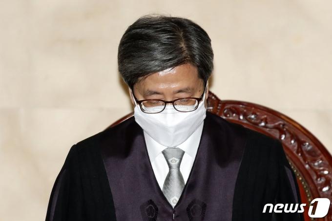 김명수 대법원장이 19일 법원 내부 게시판에 '국민과 법원 가족 여러분께 드리는 말씀'이라는 제목의 글로 사과의 뜻을 전했다. /사진=뉴스1