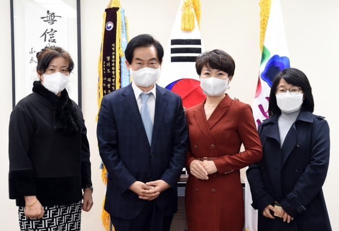 안병용 의정부시장 한국여성바둑연맹 회장 및 관계자 의정부시 방문 기념촬영 모습. / 사진제공=의정부시
