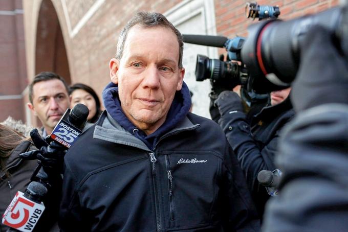 지난해 1월 찰스 리버 하버드대 교수가 보스턴 연방법원을 나서는 모습 /사진=로이터