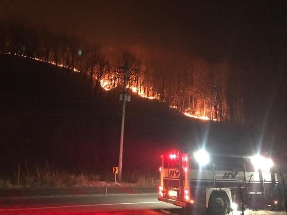 전국 곳곳에서 큰 산불이 발생했다. 사진은 지난 21일 오후 경북 안동시 임동면 망천리의 한 야산에서 원인을 알 수 없는 화재가 발생해 불길이 번지고 있는 모습. /사진=뉴스1(산림청 제공)