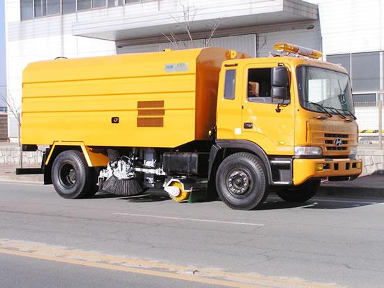 경기도가 계절관리제 기간인 3월 말까지를 도로청소차 집중 운영기간으로 정하고 시군과 함께 도로 재비산(날림) 먼지를 제거하기 위해 총력을 기울인다고 22일 밝혔다. / 사진제공=경기도
