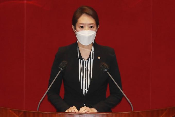 """고민정 민주당 의원이 '의사 면허 취소 요건 확대'를 위한 의료법 개정안 통과에 반발하는 의사협회를 향해 """"국민을 협박하고 있다""""고 비판했다. /사진=뉴스1"""