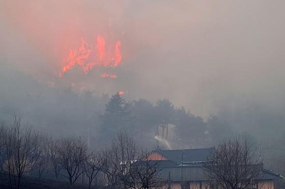 지난 21일 경북 안동시 임동면 망천리의 한 야산에서 산불이 발생해 연기를 내뿜으며 번지고 있다. /사진=뉴스1(독자 제공)