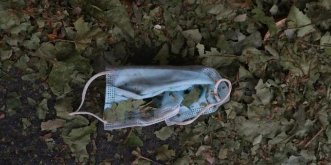 곳곳에 버려진 폐마스크로 인한 환경피해 문제가 사회 현안으로 대두되고 있다. /사진=로이터