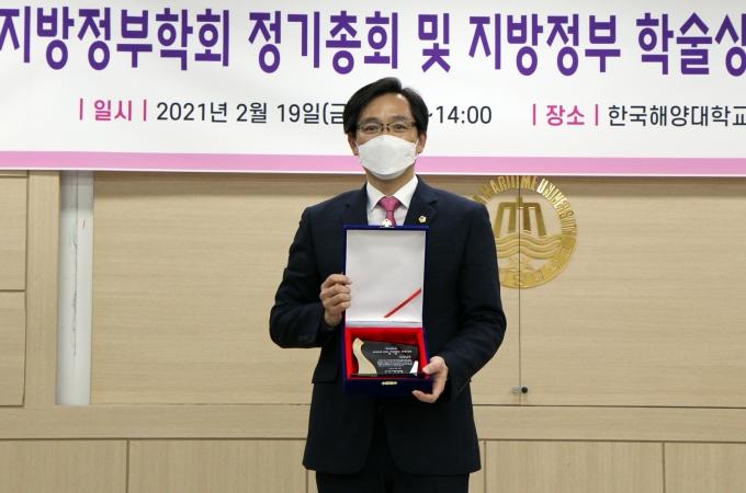 전남도의회 우승희 의원(더불어민주당, 영암1)이 최근 한국해양대학교에서 개최된 한국지방정부학회 주관 '2020년 한국지방정부 의정대상' 시상식에서 '대상'을 수상했다. /전남도의회