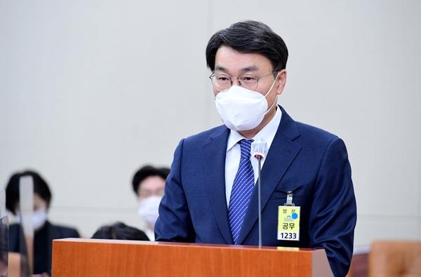 최정우 포스코 회장이 22일 국회 환경노동위원회 산재 청문회에서 의원들 질의에 답변을 하고 있다. /사진=임한별 기자
