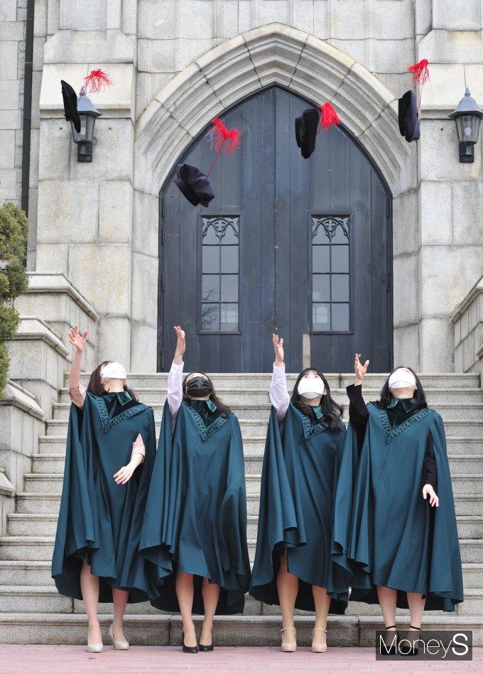 [머니S포토] '졸업이다~'
