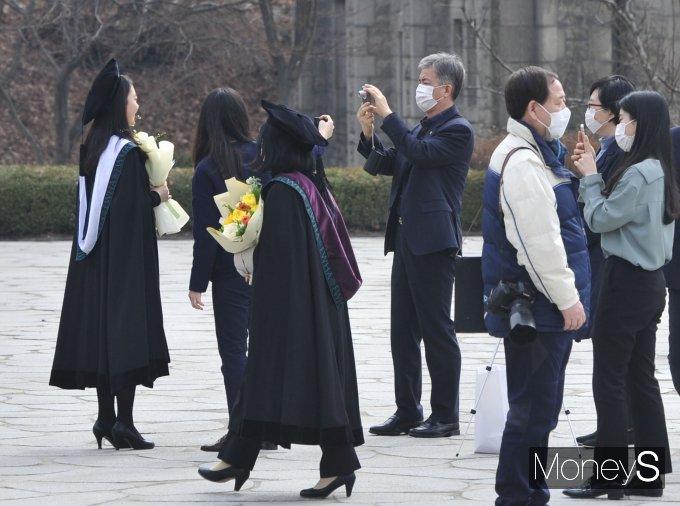 [머니S포토] 기념촬영을 위해 캠퍼스 찾은 졸업생들