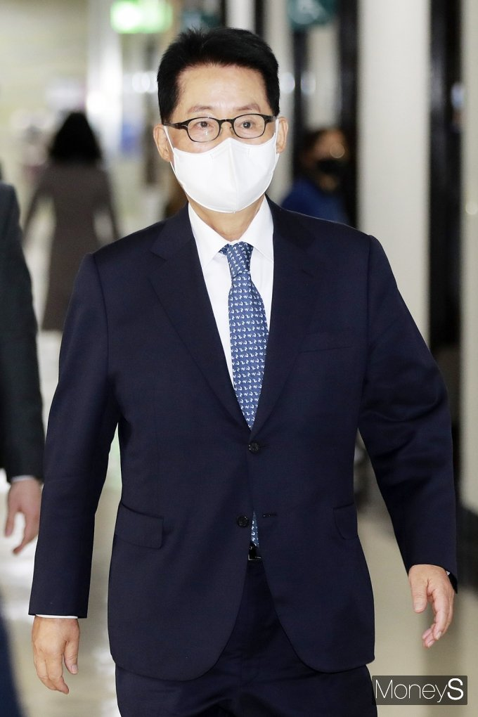 [머니S포토] 국회 정보위 회의실 입장하는 '박지원'