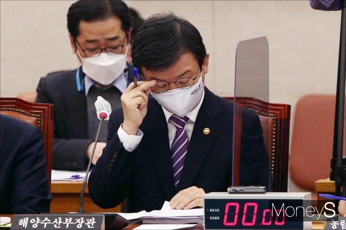 [머니S포토] 자료 검토하는 문성혁 해양수산부 장관